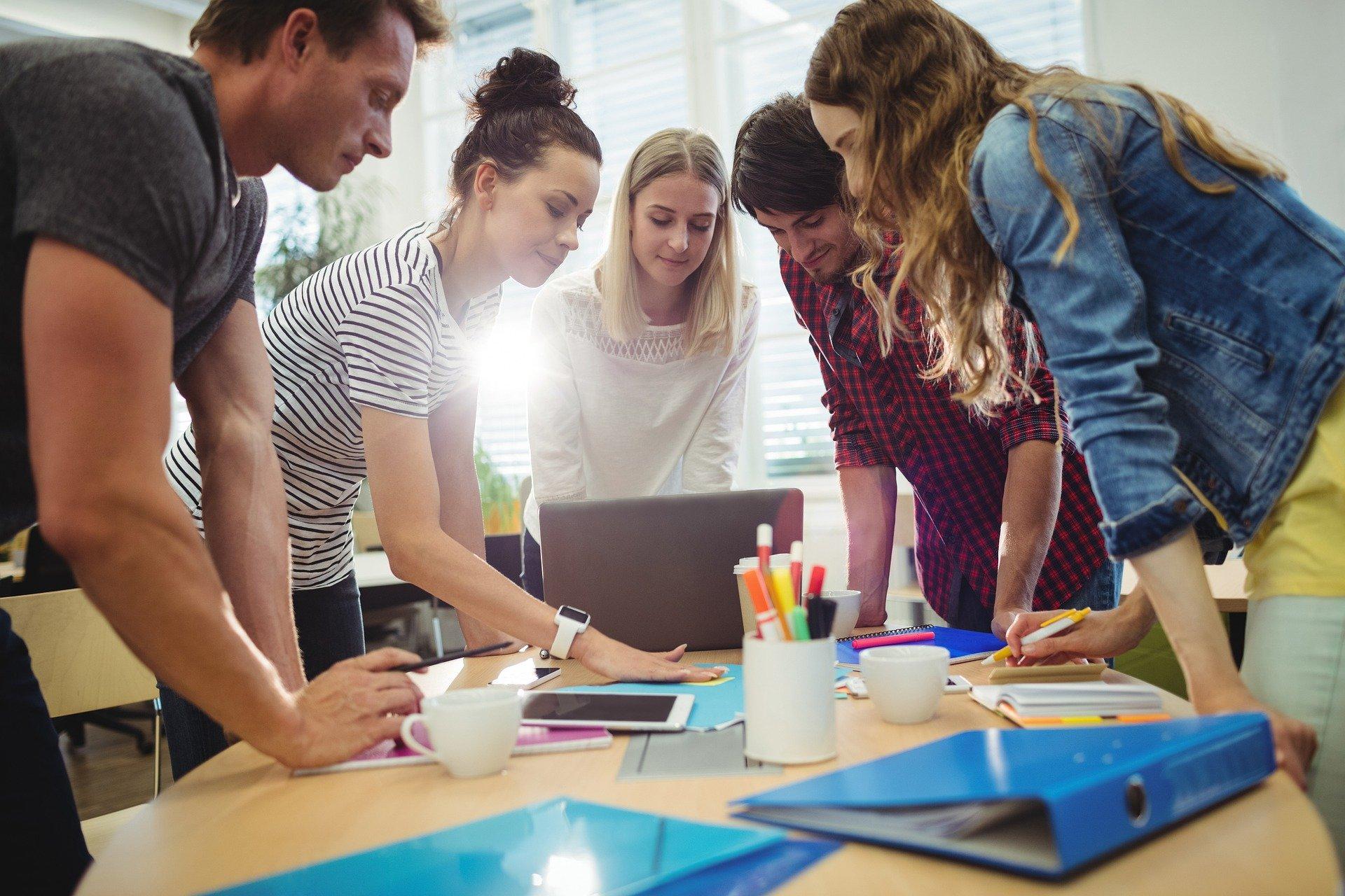 Happy working people – ist Selbstorganisation für Unternehmen im Informationszeitalter der richtige Weg?